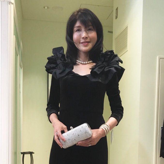 【結婚式お母様の衣装】光沢のあるベルベットのドレスは冬の挙式ならではの装い