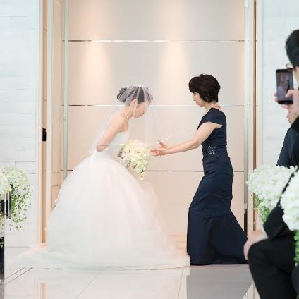 ご結婚式当日のお母様のエレガントなドレス姿をご紹介!〜新婦のお母様もフォーマルロングドレスで美しくベールダウンを〜