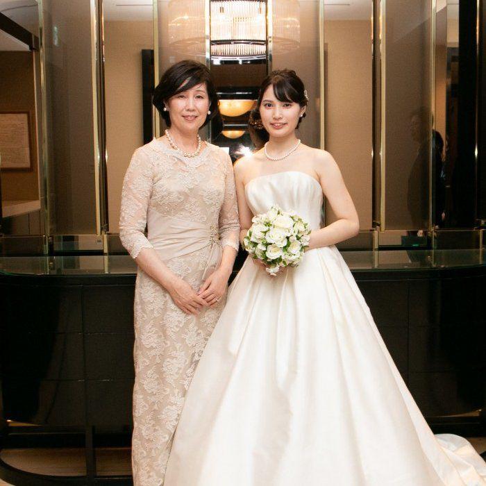 花嫁の母としての嬉しさを表す明るく華やかなシャンパンゴールドのドレスで