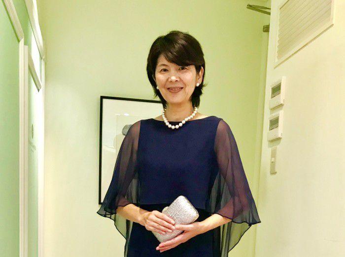 【結婚式母親の洋装】個性が引き立つ上質でシンプルなレンタルドレスを上品に優雅に着こなすお母様