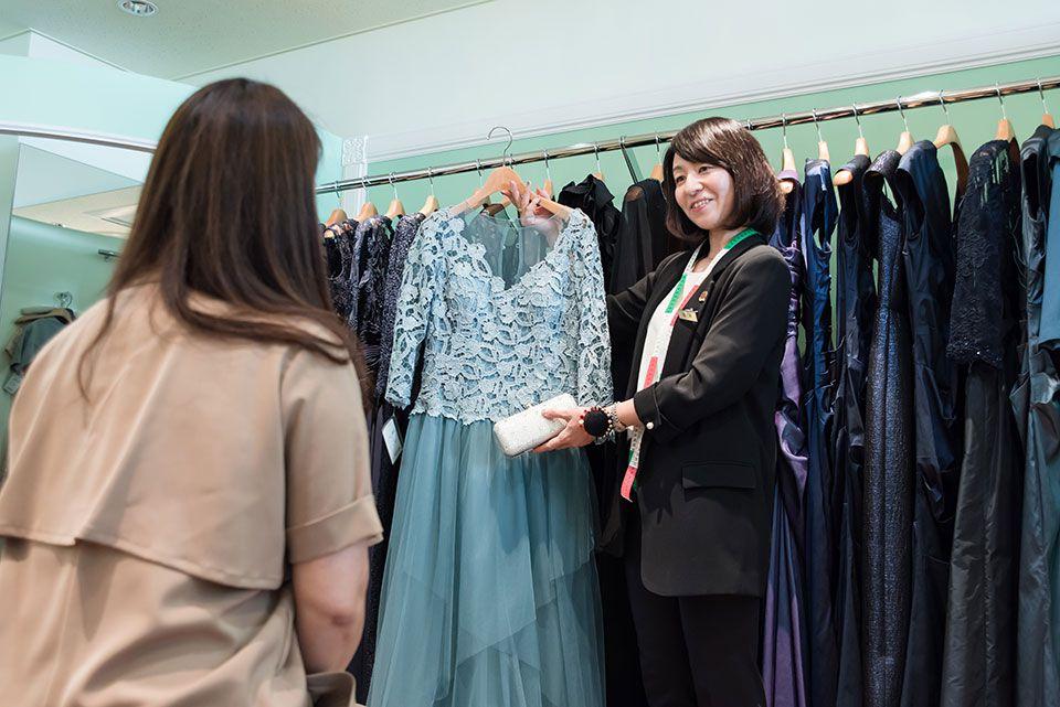 ドレス試着中の様子 | 結婚式の母親ドレス M&V for mother